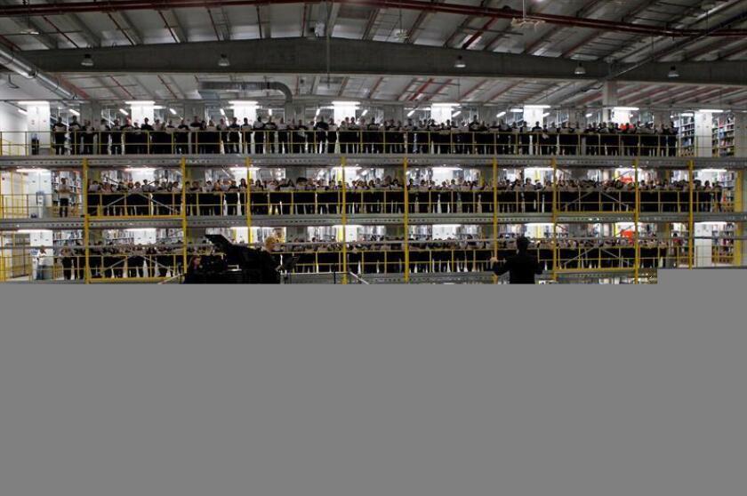 El gigante del comercio electrónico Amazon anunció hoy la contratación de más de mil empleados de tiempo completo para el establecimiento de dos nuevos centros de procesamientos de pedidos en el estado de Illinois. EFE/ARCHIVO