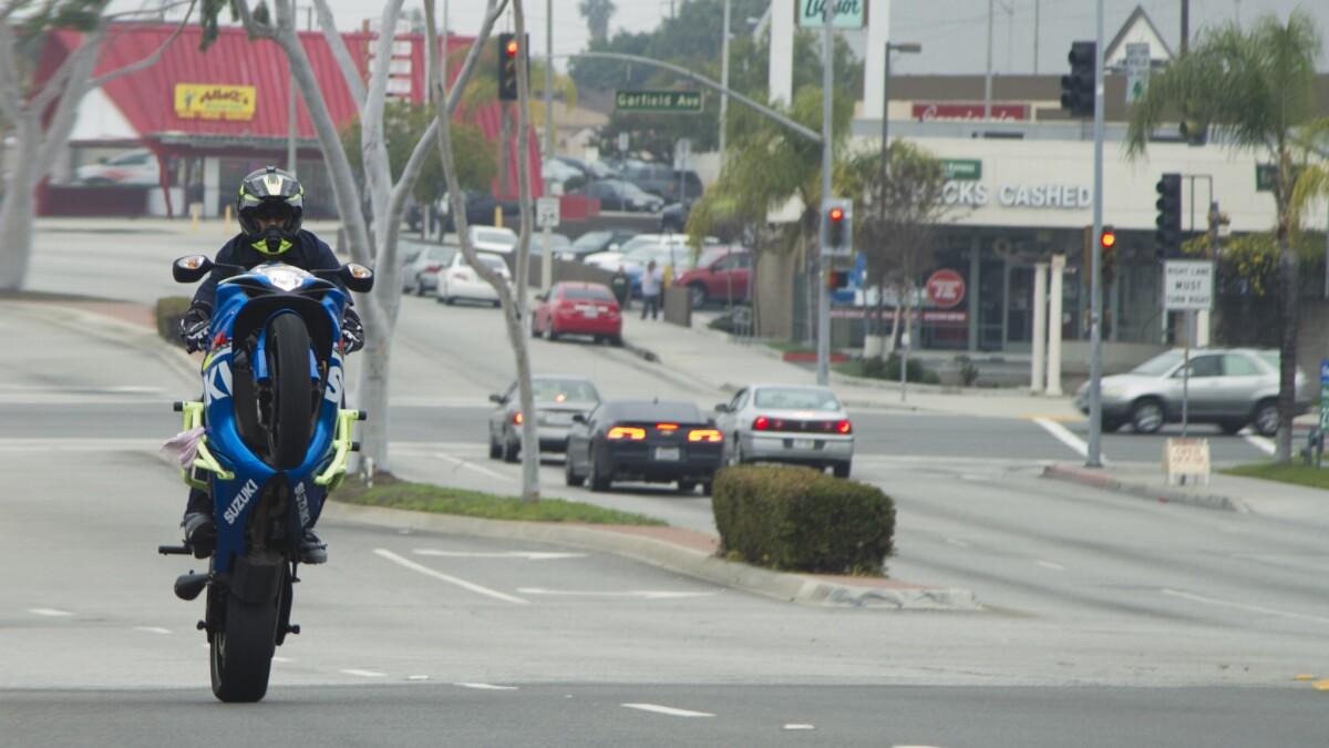 Novia motociclista saliendo con un amante de las motos Camiseta