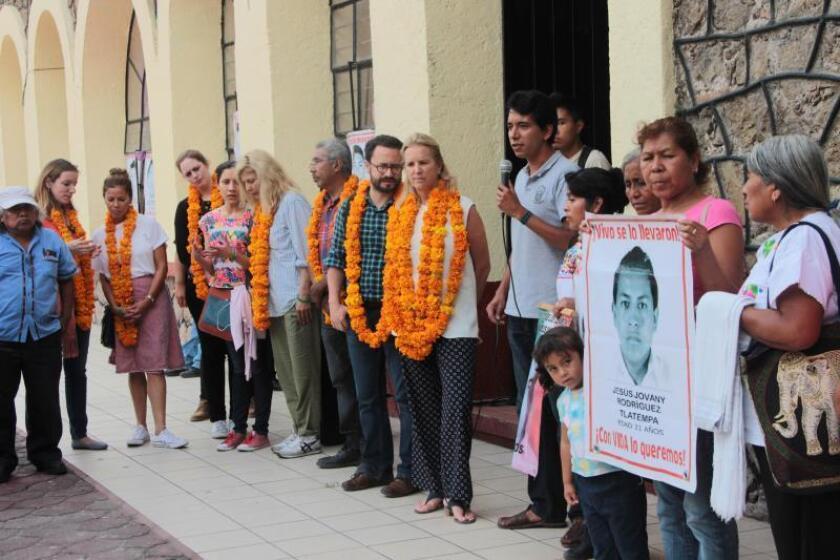 La directora del Centro de Derechos Humanos Robert F. Kennedy de Estados Unidos, Kerry Kennedy (c), participa de un encuentro con familiares de los 43 estudiantes de Ayotzinapa desaparecidos en 2014. EFE/Archivo