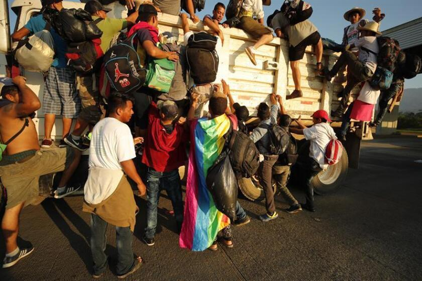 Migrantes hondureños suben a un camión durante el inicio de otro día de travesía hacia Estados Unidos desde la población de Huixtla, en el estado de Chiapas(México). EFE/Archivo