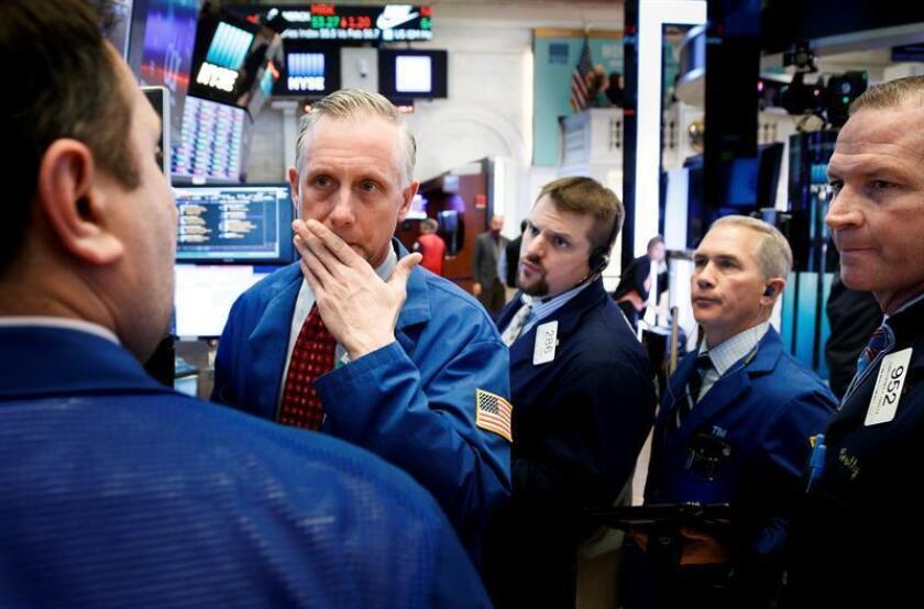 Agentes de bolsa trabajan durante la apertura de la jornada en el piso de la Bolsa de Nueva York, en Nueva York (Estados Unidos). EFE/Archivo