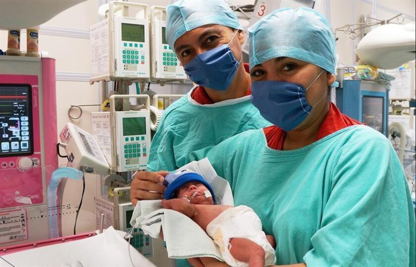 Fotografía cedida por el Instituto Mexicano del Seguro Social (IMSS) hoy, martes 28 de agosto de 2018, que muestra a la señora Yánderi Yazaret Pech Arellano (d), cargando a su bebé acompañada de su esposo, en una clínica, en el estado de Yucatán (México). EFE/IMSS/SOLO USO EDITORIAL
