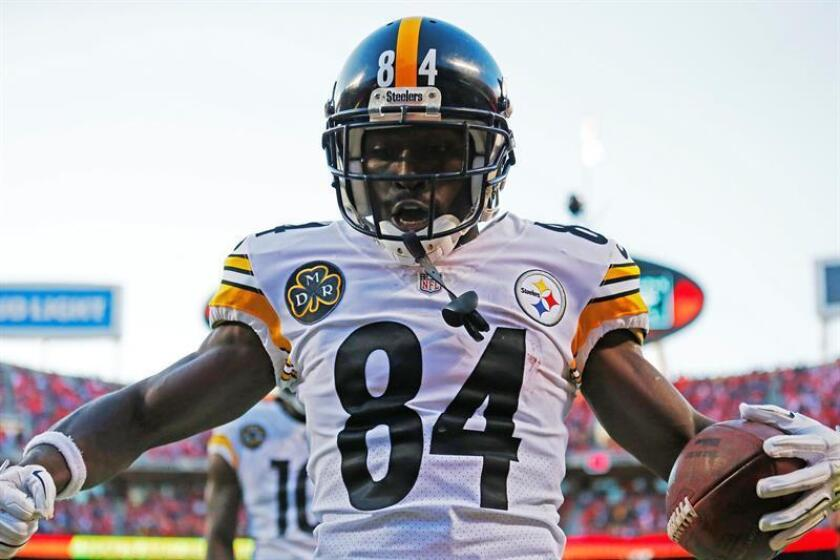Pittsburgh Steelers wide receiver Antonio Brown celebrates a touchdown against the Kansas City Chiefs during the second half of an NFL game at Arrowhead Stadium in Kansas City, Missouri, USA, on Oct. 15, 2017. EPA-EFE/LARRY W. SMITH