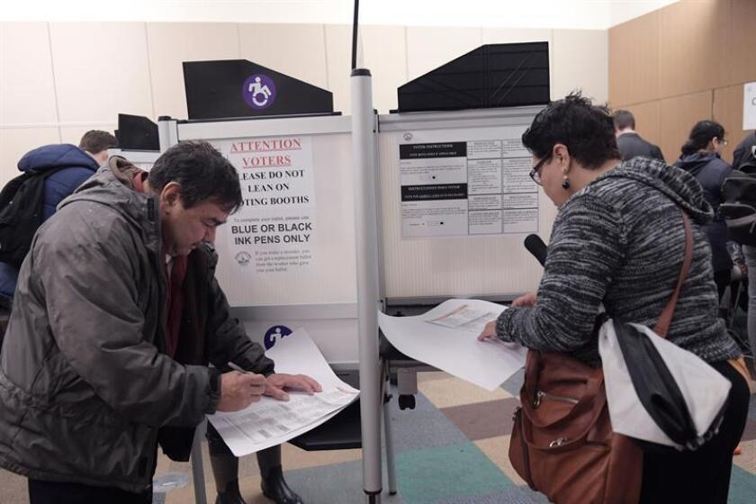 Grupos de personas asisten a votar en la biblioteca pública del histórico barrio de Mount Pleasant, en Washington, D.C. (EE.UU.). EFE/Archivo