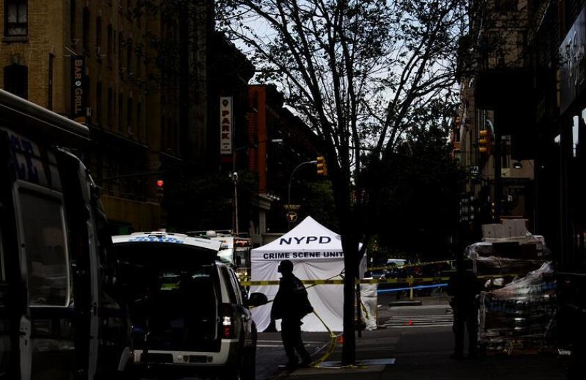 Vista general del lugar donde agentes de policía mataron a tiros a un hombre de 46 años que los amenazaba con un cuchillo, en Nueva York, Estados Unidos, el 18 de mayo de 2016. EFE/Archivo