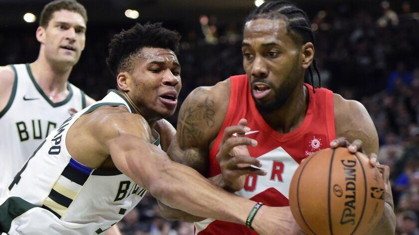 Milwaukee Bucks forward Giannis Antetokounmpo (34) defends against Toronto Raptors forward Kawhi Leo