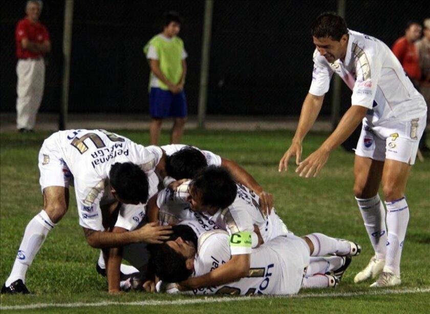 Jugadores del Nacional de Paraguay celebran un gol. EFE/Archivo