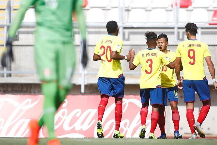 El jugador de la selección ecuatoriana Jordan Rezabala (2-d) celebra un gol con sus compañeros el pasado jueves, durante un partido entre Ecuador y Perú del grupo B del Campeonato Sudamericano Sub-20 disputado en el estadio La Granja de Curico (Chile). EFE