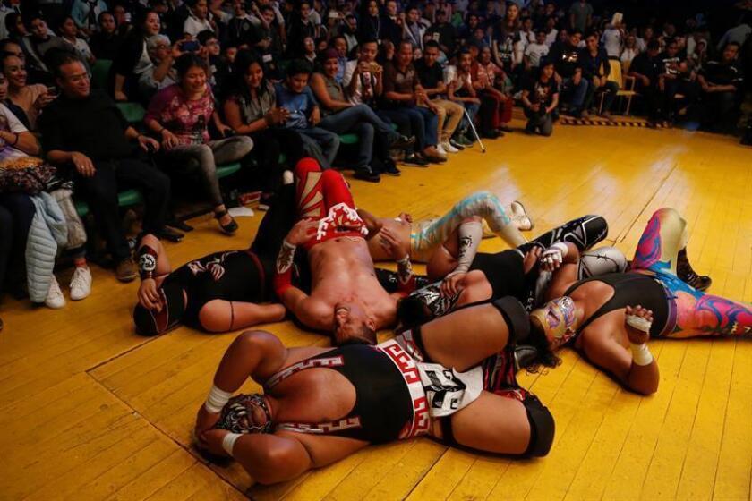 Luchadores ofrecen una función este viernes, en la Arena Coliseo de Guadalajara, en el estado de Jalisco (México). EFE