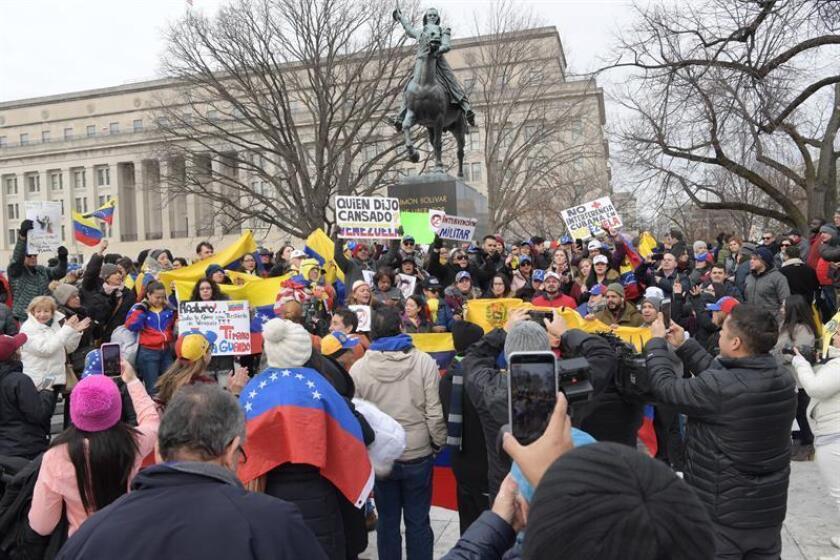 Decenas de personas sostienen pancartas y banderas venezolanas durante una manifestación de venezolanos convocada por el colectivo Voluntad Popular, este miércoles, en la plaza Simón Bolívar, en Washington (EE.UU.). EFE