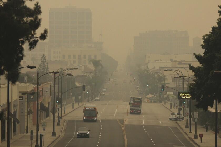 Humo de incendios cubre oeste de EEUU; aumentan muertos