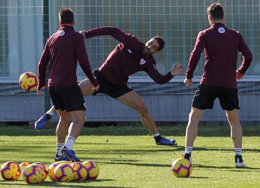 Raúl García (c) golpea un balón durante un entrenamiento. EFE/Archivo