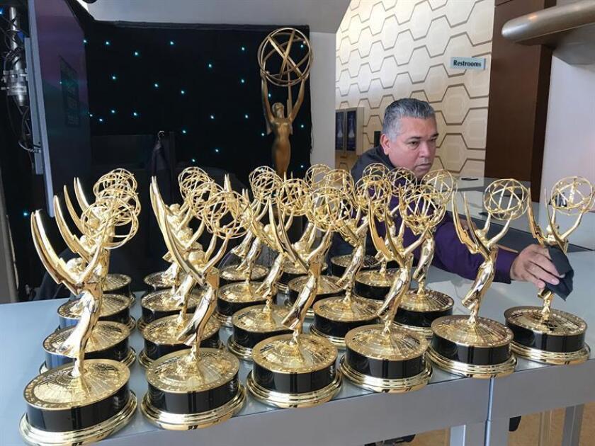 Un empleado prepara las estatuillas para los ganadores de la edición 70 de los Premios Emmy hoy, lunes 17 de septiembre de 2018, en el Teatro Microsoft en Los Ángeles, California (EE.UU.). EFE
