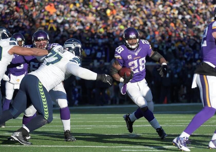 El corredor de los Vikings de Minnesota, Adrian Peterson (d). EFE/Archivo