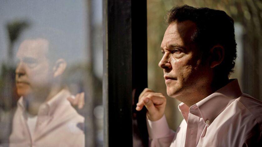 Alex Meruelo, un veterano inversor de Los Ángeles, mira por la ventana de sus oficinas en Downey. Él es el nuevo propietario de SLS Las Vegas, un casino histórico pero problemático, ubicado en el Strip de Las Vegas (Marcus Yam / Los Angeles Times).