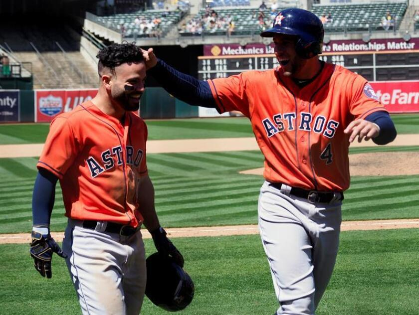 George Springer (d) de los Astros de Houston al lado de Yuli Gurriel. EFE/Archivo