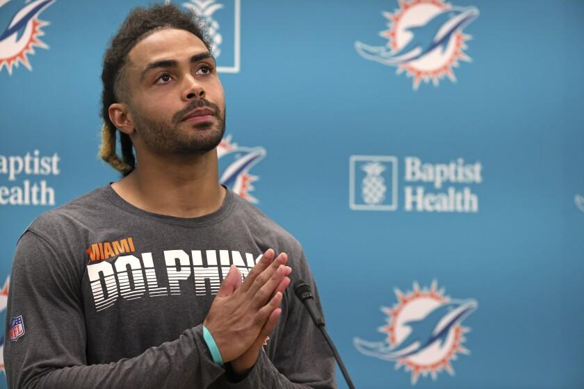 El wide receiver Will Fuller, de los Dolphins de Miami, habla con reporteros al final de un entrenamiento del equipo el miércoles 15 de septiembre de 2021, en Miami Gardens, Florida. (David Santiago/Miami Herald vía AP)