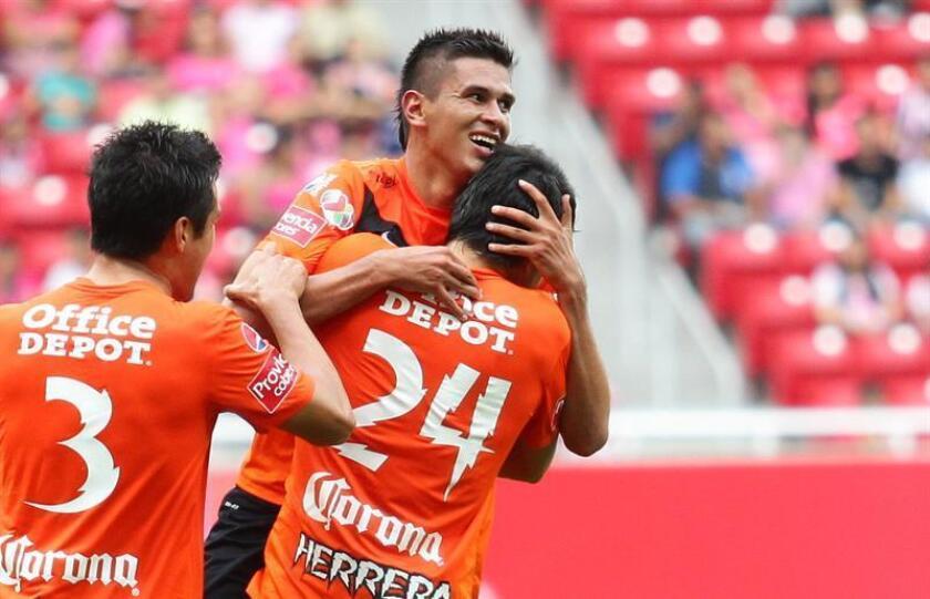 En la imagen, el delantero mexicano Othoniel Arce Jaramillo (c). EFE/Archivo