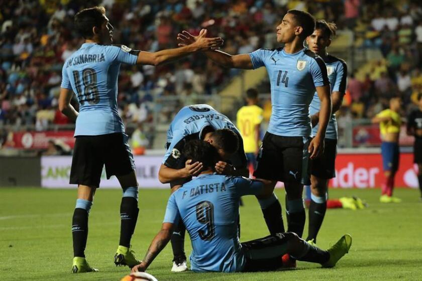 Jugadores de Uruguay festejan tras ganar a Ecuador en un partido en el estadio El Teniente en Rancagua (Chile). EFE