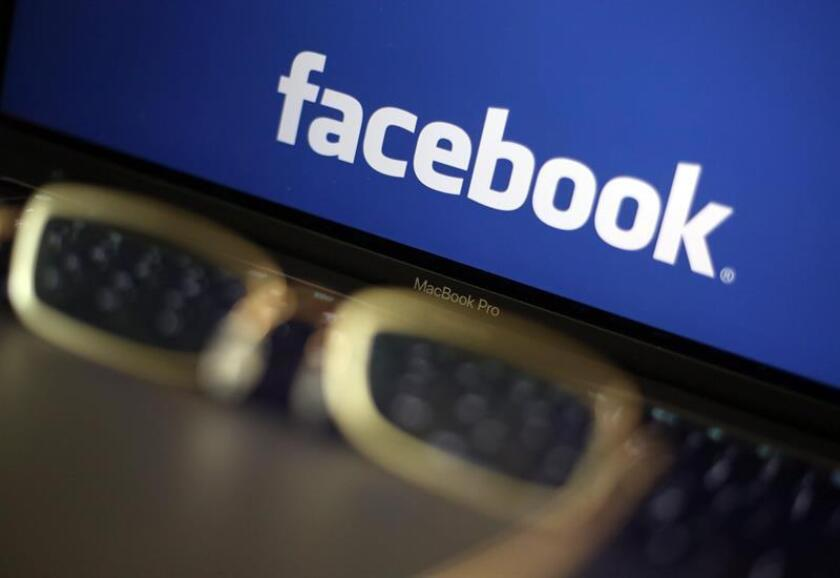 La futura herramienta no permitirá eliminar por completo los historiales, sino que dará acceso al usuario a la visualización de los datos sobre su persona compilados por Facebook mediante aplicaciones terceras y otras webs, y será este el que los pueda eliminar si así lo desea. EFE/Archivo