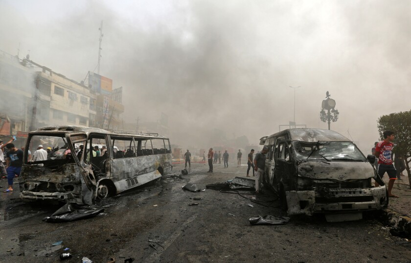 ARCHIVO- Civiles se reúnen en el lugar de un ataque suicida con auto bomba en el barrio de Nueva Bagdad, Irak, el martes 9 de junio de 2016. Dos ataques suicidas dentro y en las afueras de la capital iraquí, Bagdad, dejaron el jueves al menos 27 muertos y docenas de heridos más, según funcionarios. El más grave se registró en una zona comercial de un barrio de mayoría chií de la ciudad, Nuevo Bagdad, y en el al menos 15 civiles perdieron la vida y otras 35 personas sufrieron heridas, dijo la policía. (AP Foto/Hadi Mizban)
