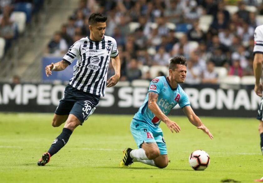 Maximiliano Meza (i) de Rayados de Monterrey disputa el balón con Narciso Orellana (d) de Alianza, el miércoles 28 de febrero de 2019, durante un partido correspondiente a los octavos de final de la Liga de Campeones de CONCACAF celebrado en el estadio BBVA de la ciudad de Monterrey (México). EFE/Archivo