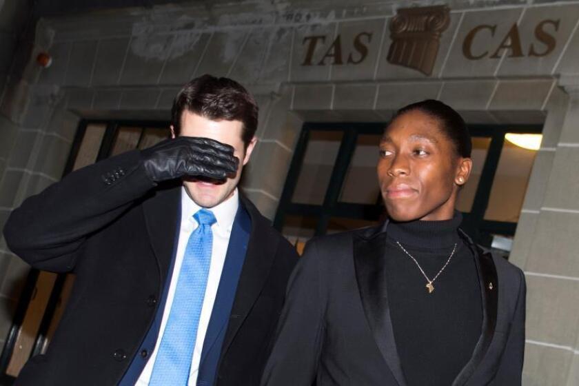 La atleta sudafricana Caster Semenya (d), a su salida del tribunal, en Lausana (Suiza). EFE/Archivo