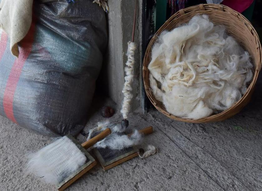 Vista de utensilios y lana de borrego para la elaboración de prendas de vestir, ayer, sábado 22 de diciembre, en el municipio de San Juan Chamula, en el estado de Chiapas (México). EFE