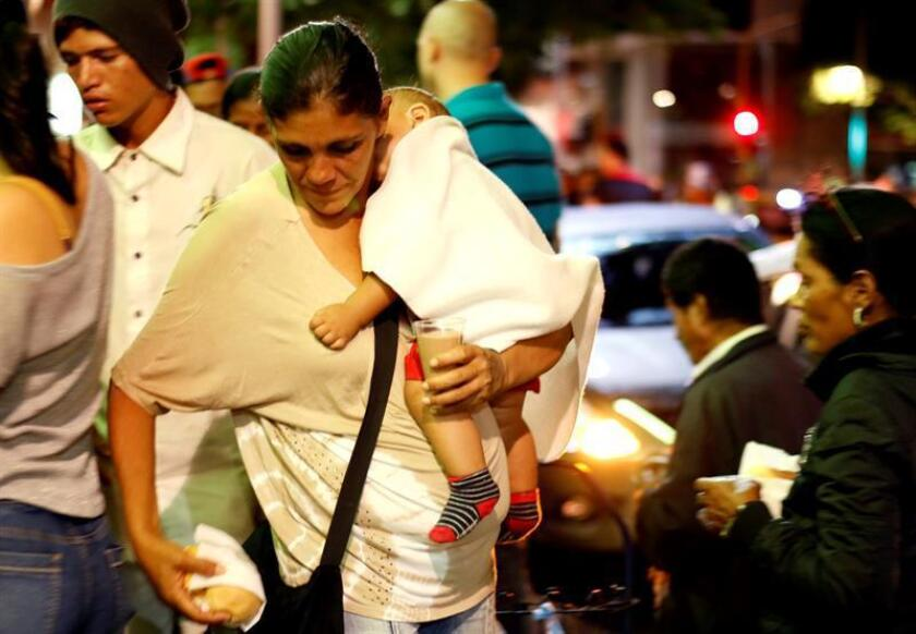 Más de 200 ciudadanos venezolanos hacen fila para recibir alimentos de empresas privadas y ciudadanos colombianos el 29 de julio de 2017, en Cúcuta (Colombia). EFE/Archivo