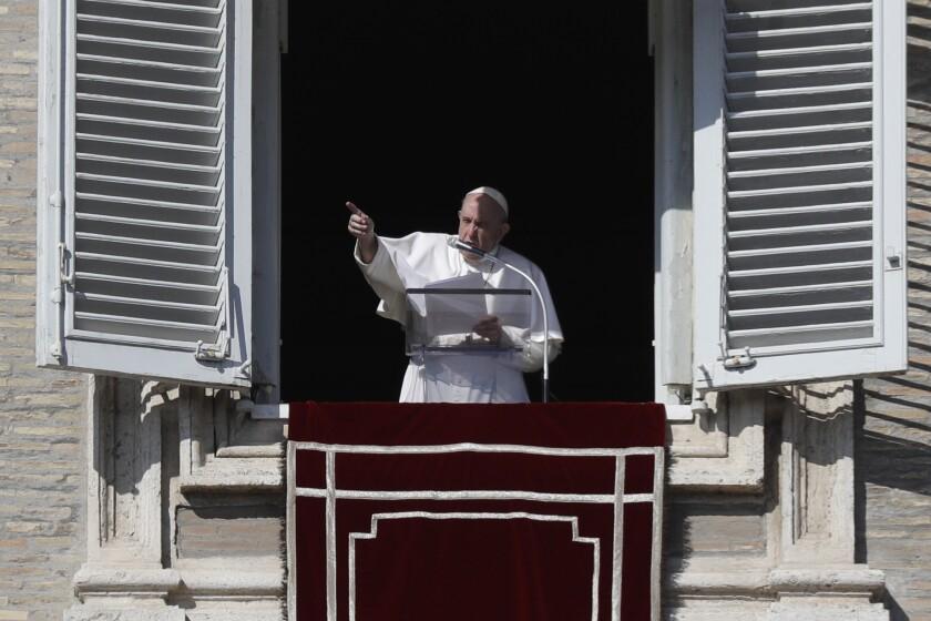 El papa Francisco ofrece la plegaria del Angelus en la Plaza de San Pedro del Vaticano, el domingo 1 de noviembre