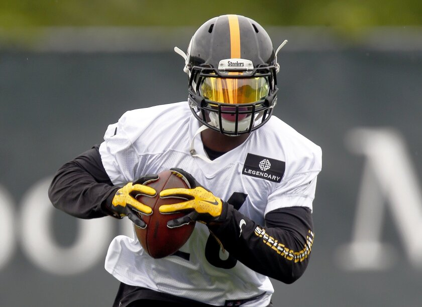 In this photo taken Tuesday, May 26, 2015, Pittsburgh Steelers running back Le'Veon Bell (26) runs drills during an NFL football organized team activity in Pittsburgh. The Steelers new running back DeAngelo Williams is expected to start the first three games of the regular season in place of Bell as he serves his suspension. (AP Photo/Keith Srakocic)