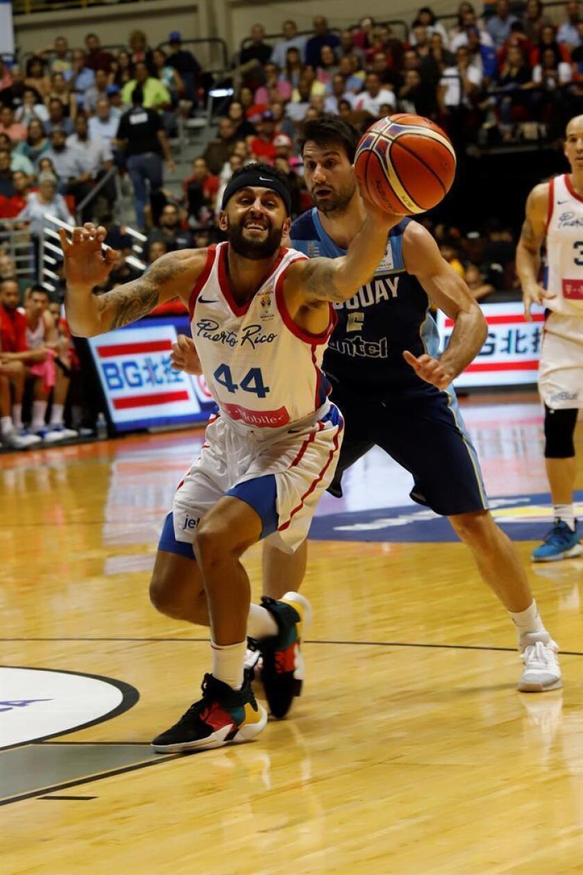 Puerto Rico defiende frente a Bruno Fitipaldo de Uruguay este lunes, en el último juego de la clasificación al Campeonato Mundial de Baloncesto China 2019 entre Puerto Rico y Uruguay, en el Coliseo Roberto Clemente en San Juan (Puerto Rico). EFE