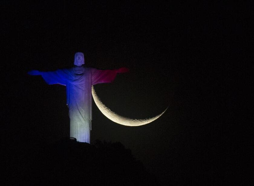 El Cristo Redentor en Río de Janeiro (Brasil) luce los colores de la bandera francesa, luego de los atentados terroristas registrados en París donde perdieron la vida 127 personas y dos centenares resultaron heridos.