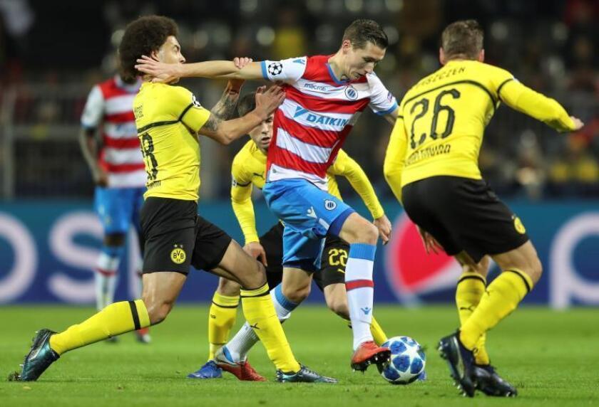 El jugador Axel Witsel (i) de Dortmund disputa el balón con Hans Vanaken (c) de Brujas hoy, durante un partido del grupo A de la Liga de Campeones entre Borussia Dortmund y Club Brujas en Dortmund, (Alemania). EFE
