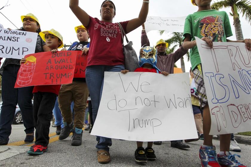"""Organizaciones sindicales y pro inmigrantes organizaron hoy un desfile de Halloween por el centro de Miami con el lema """"Trump da miedo"""", para recalcar los peligros que a su juicio supondría una victoria del republicano en las elecciones. (Matias J. Ocner/Miami Herald/TNS)"""