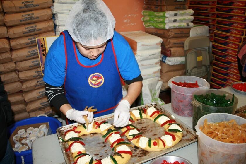 Una empleada de la panadería El Valle Oaxaqueño trabaja en la decoración de las roscas, producto que cada vez tiene mayor demanda en este local ubicado en Los Ángeles.