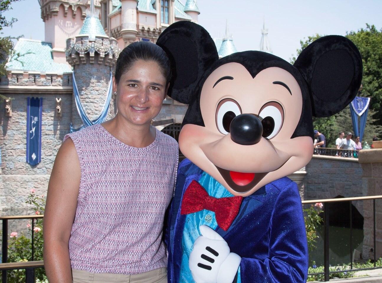 Lorena Ochoa, la mejor golfista mexicana de todo los tiempos, disfrutó junto a su esposo, Andrés Conesa Labastida, CEO de Grupo Aeroméxico, y sus hijos, Pedro (4) y Julia (2), de un día mágico en el Disneyland Resort. La familia Conesa Ochoa, gozó de la compañía de Mickey Mouse durante la Celebración de Diamante en el parque Disneyland en Anaheim, California.