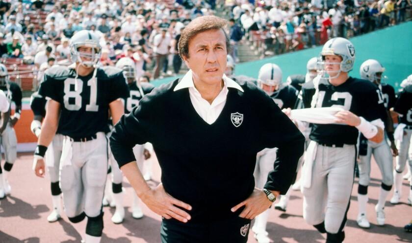 Tom Flores hizo historia al frente de los Raiders.