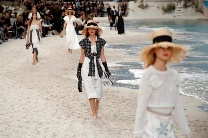 Modelos lucen creaciones del diseñador alemán Karl Lagerfeld para la próxima primavera/verano durante el desfile de la firma Chanel en la Semana de la Moda de París, Francia, hoy, 2 de octubre de 2018. EFE