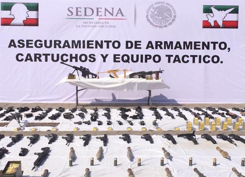 """Fotografía cedida por la Secretaría de la Defensa Nacional (Sedena) hoy, sábado 28 de abril de 2018, que muestra material de guerra decomisado por el Ejército, en Nuevo Laredo (México). El Ejército mexicano presentó hoy un arsenal decomisado en el nororiental estado de Tamaulipas que incluye equipo militar """"clonado"""" y diversas armas, incluido un rifle un AK-47 bañado en oro, del que el Gobierno estatal había informado ayer. EFE/Cortesía Sedena/SOLO USO EDITORIAL/MEJOR CALIDAD DISPONIBLE"""