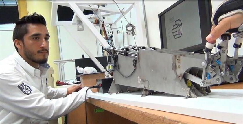 Fotografía cedida hoy, martes 14 de agosto de 2018, por el Instituto Politecnico Nacional (IPN) del investigador Jhon Freddy Rodríguez León utilizando el dispositivo para rehabilitar los dedos de la mano. EFE/IPN/SOLO USO EDITORIAL