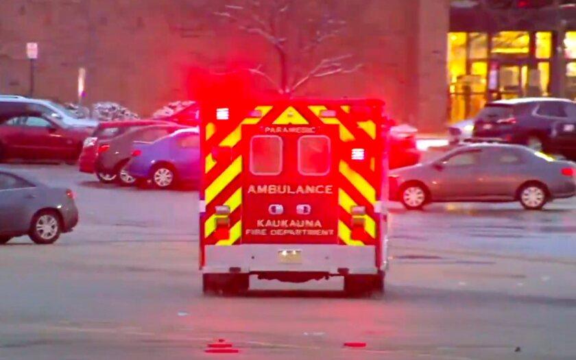 Una ambulancia llega al centro comercial Fox River en Grand Chute, un suburbio de Appleton, Wisconsin.