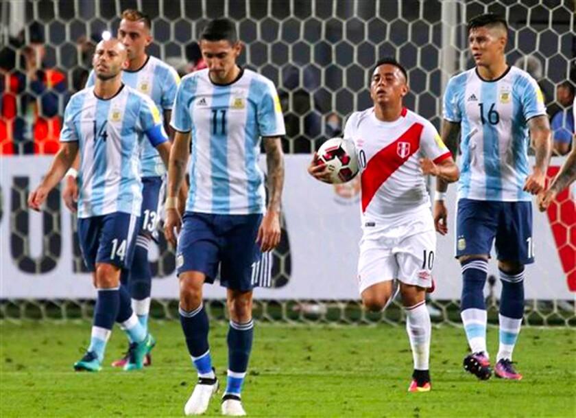 Argentina apenas pudo empatar 2-2 en casa de Perú...