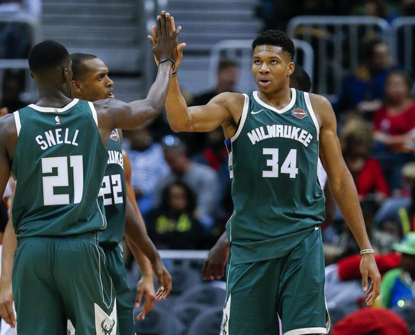 Milwaukee Bucks forward Giannis Antetokounmpo (R) of Greece reacts with Bucks guard Tony Snell (L) during the second half of the NBA basketball game. EFE/Archivo