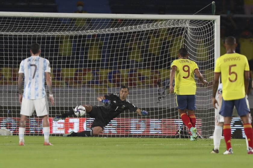 Luis Muriel (9), de Colombia, convierte un penal ante Argentina en un partido de las eliminatorias a la Copa del Mundo, realizado el martes 8 de junio de 2021 (AP Foto/Fernando Vergara)