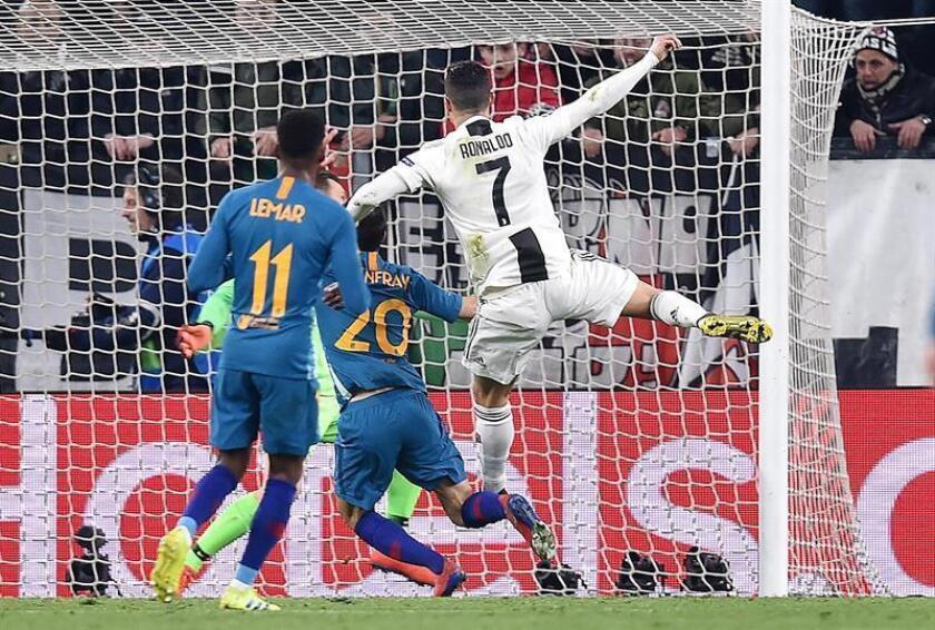 Cristiano Ronaldo (d) del Juventus anota un gol durante el partido de vuelta por los octavos de final de la Liga de Campeones de la UEFA entre Juventus FC y Club Atlético Madrid este martes, en el estadio Allianz, en Turín (Italia). EFE