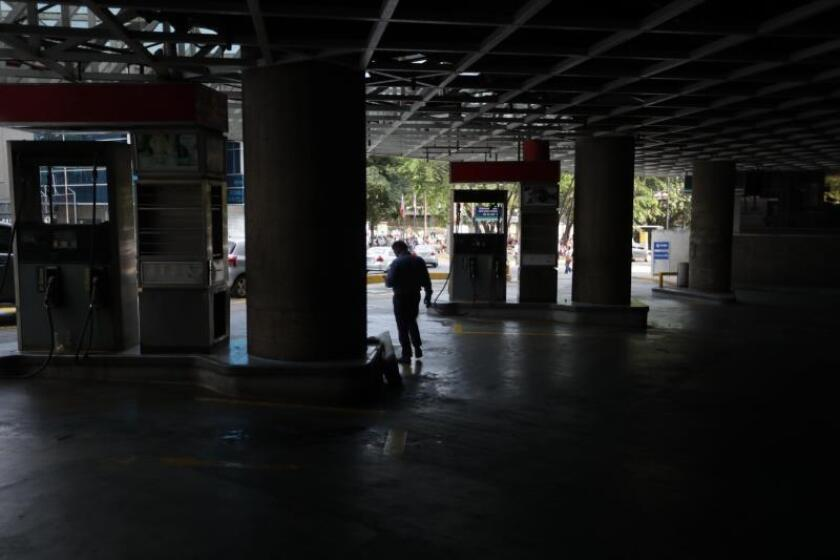 """This Caracas gas station is closed for lack of electricity following the two nationwide power outages on Monday night, March 25, which the Maduro government blames on separate attacks against the power grid, while National Assembly speaker Juan Guaido says that bad management by the Maduro's """"regime"""" is the real cause of Venezuela's power woes. EFE-EPA/Rayner Peña"""