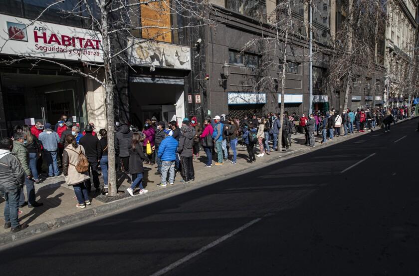 las personas esperan frente a la oficina de administración de pensiones,