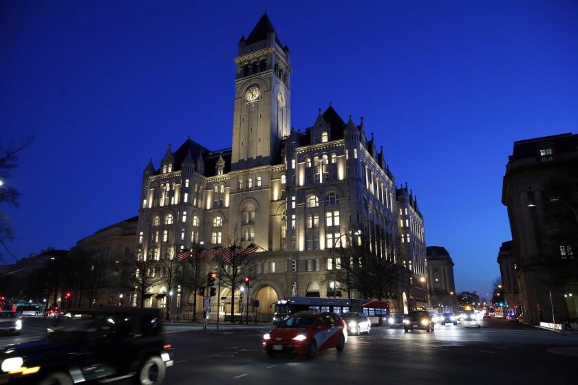La foto de archivo del 30 de enero de 2018 muestra el hotel Trump International en Washington. Una corte federal de apelaciones ha escuchado argumentos de que el presidente Donald Trump viola la Constitución al aceptar beneficios de funcionarios extranjeros y nacionales a través de su hotel en Washington. (AP Foto/Alex Brandon, File)