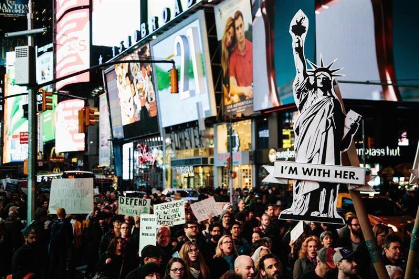 Personas se manifiestan hoy, jueves 8 de noviembre de 2018, en contra de que el presidente estadounidense, Donald J. Trump, le otorgue al fiscal general en funciones, Matt Whitaker, la supervisión de la investigación del Consejo Especial sobre la presunta intromisión de Rusia en las elecciones presidenciales 2016, en el Times Square, en Nueva York, Nueva York (EE. UU.). EFE